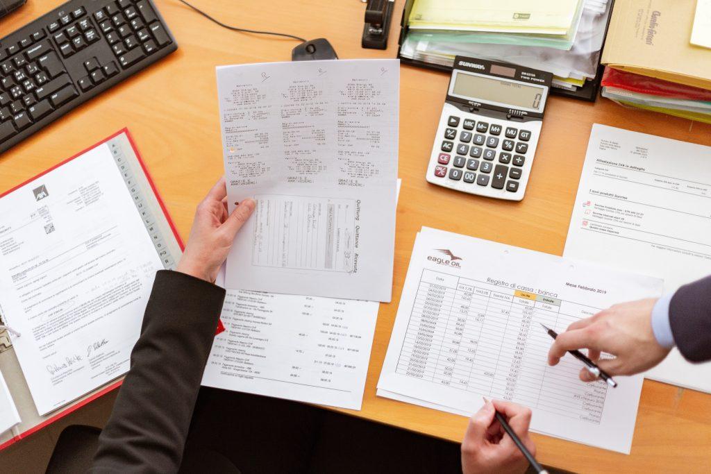 Pessoa a calcular despesas mensais