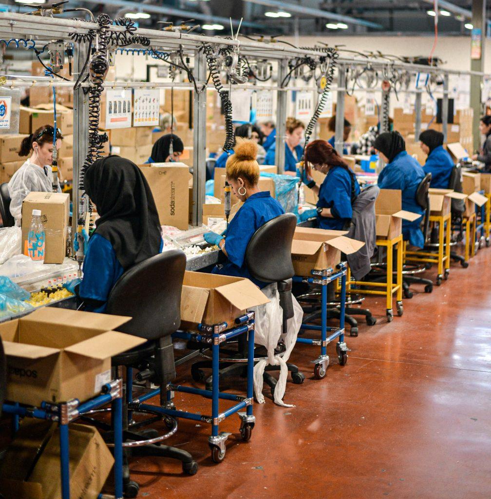 Trabalhadores a numa linha de produção em fábrica